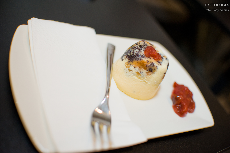 Budapest Cheesecake, avagy Mákosgubás sajttortácska szilvaöntettel