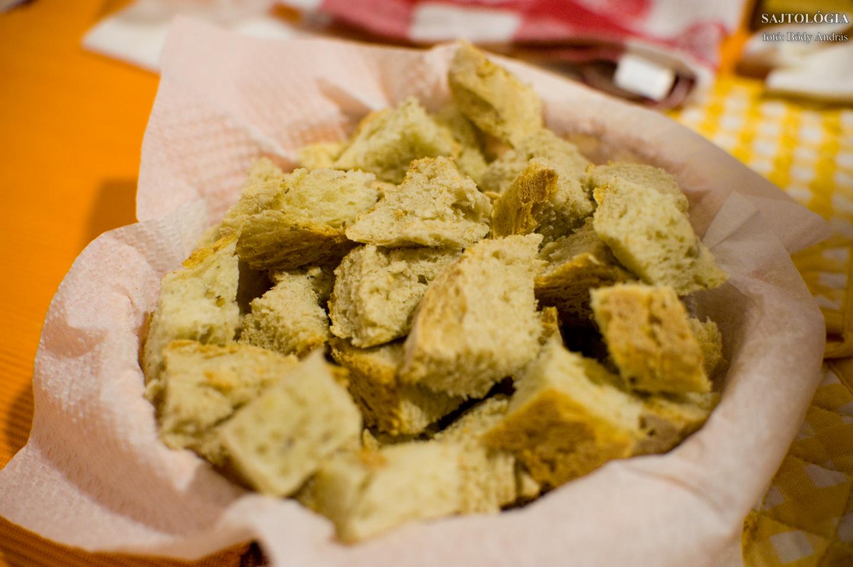 Kockára vágott házi bagett. Akkor ideális, ha kívül ropog, belül puha de nem omlós. A Fondue villák elég élesek ahhoz, hogy könnyedén felszúrjuk és a sajtszószban se veszítsük el a falatot.