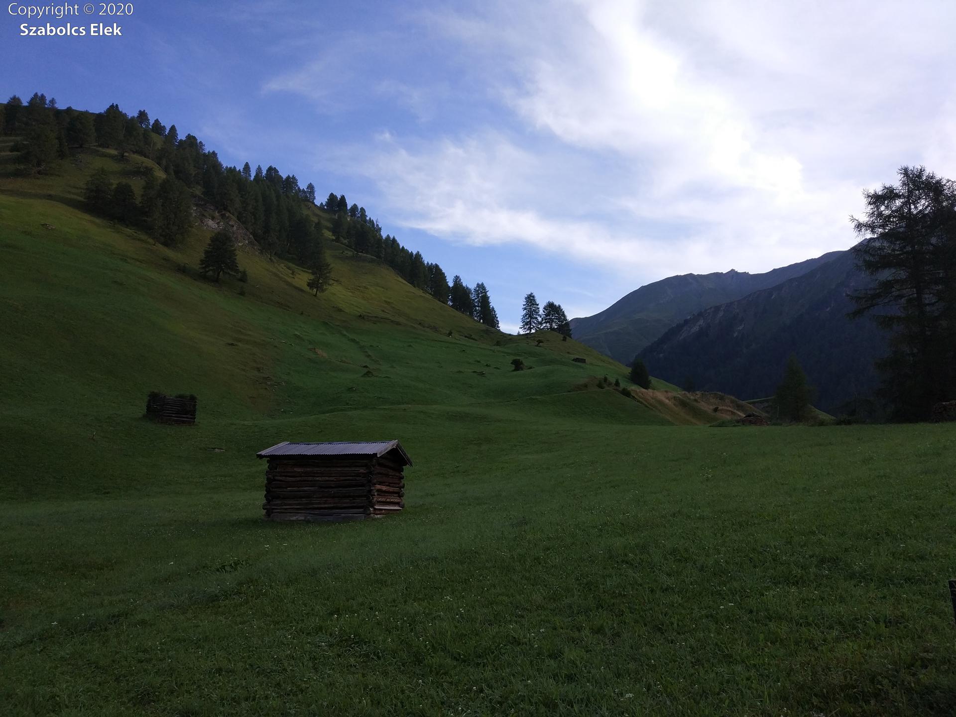 Kaszálásra váró domboldalak - a kis házak a széna szárítására szolgálnak.