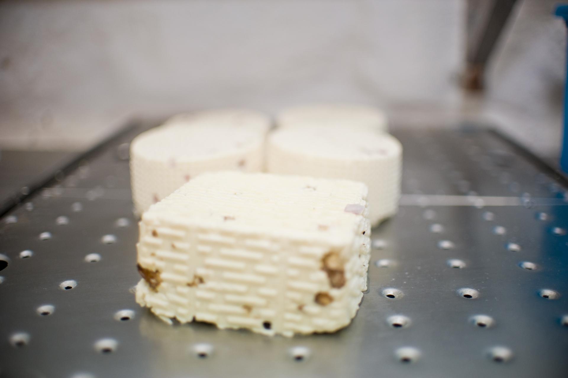 Fűszeres, hagymás és egyéb ízesített friss sajtok készülnek