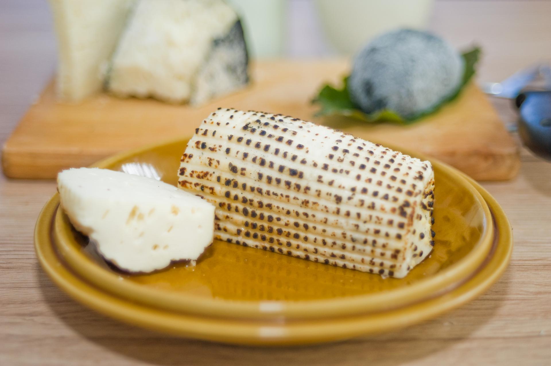 Parázska: friss sajt, a kérgét enyhén pörkölik, ez adja egyedi külsejét és enyhén pirított ízét