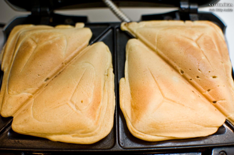 Akkor van kész a 'palacsinta toast', amikor aranybarnára sül. A látszat csal, akárcsak a név, mert nem lesz ropogós, mint egy igazi 'toast'.