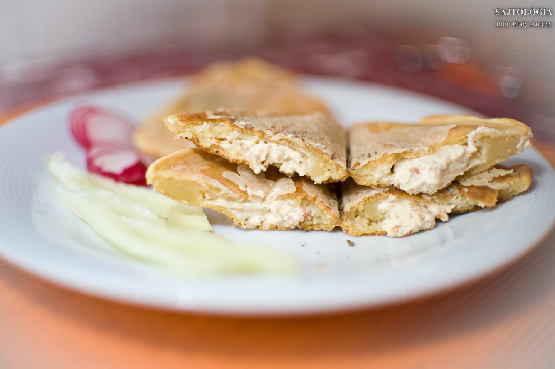 Fűszeres verzió: ízesített (pl zöldfűszeres, lazacos, bruschettás, stb.) krémsajttal töltött, toast formájú palacsinták