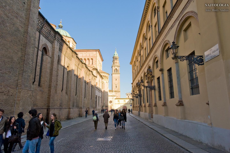 Via Cardinal Ferrari, háttérben a Monastero di San Giovanni Evangelista