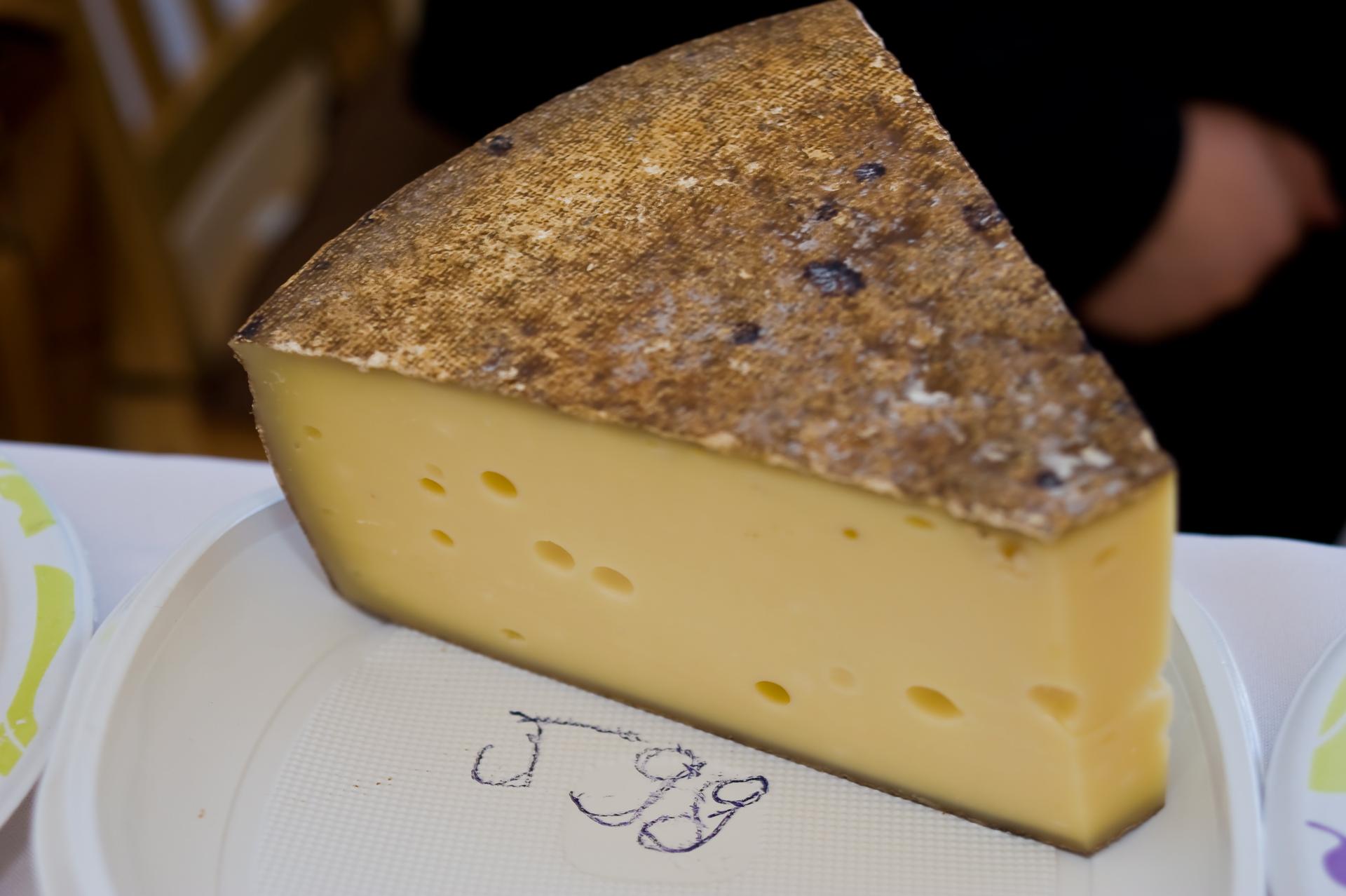 Vörösborban érlelt félkemény sajt / Termelő: Sterczer Sándor
