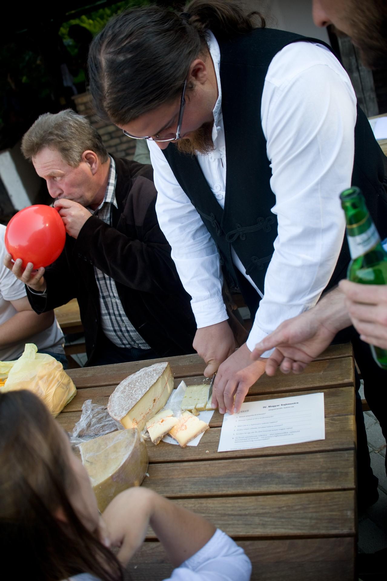 Sajtmesterek egymás közt: sajtkóstolás