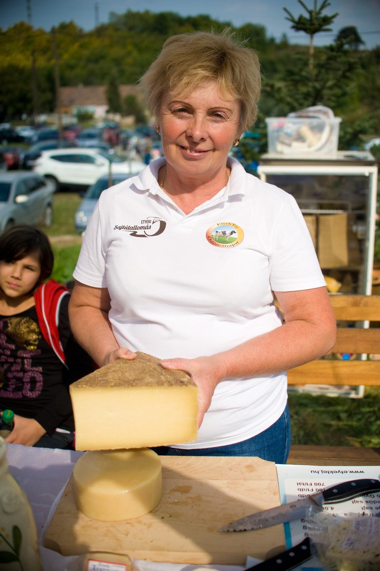 Az etyeki Ödön major versenyző sajtja és mestere
