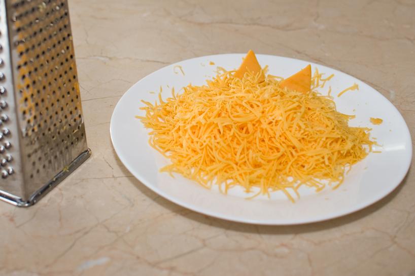 Reszelt vörös cheddar sajt. Somerset megye büszkesége, minden jó hamburger kelléke. Kalciummal és fehérjével látja el szervezetünket, de zsírban is bővelkedik!
