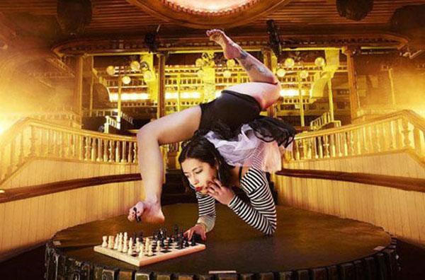 flexible-girl-palying-chess-with-feet.jpg