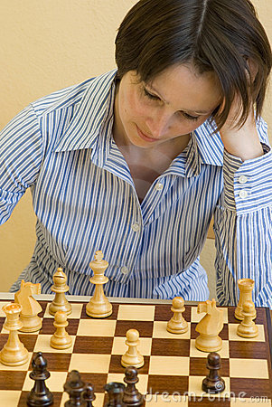 woman-playing-chess-14602888.jpg
