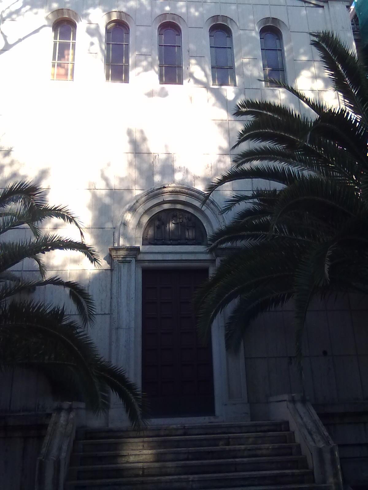 Templomunk pálmafával