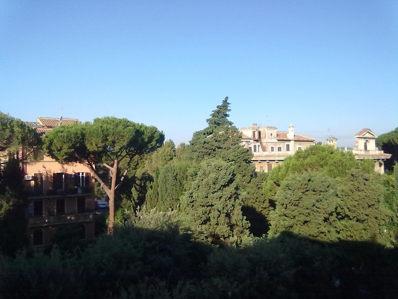 Kilátás a szobám ablakából. A háttérben az egykori Holland Intézet, ahol a holland kispapok laktak, akik itt tanultak Rómában. Amíg még voltak... Ma zárva az épület, tök üres.