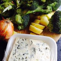 Kéksajtos brokkoli krémleves fokhagymás krutonnal
