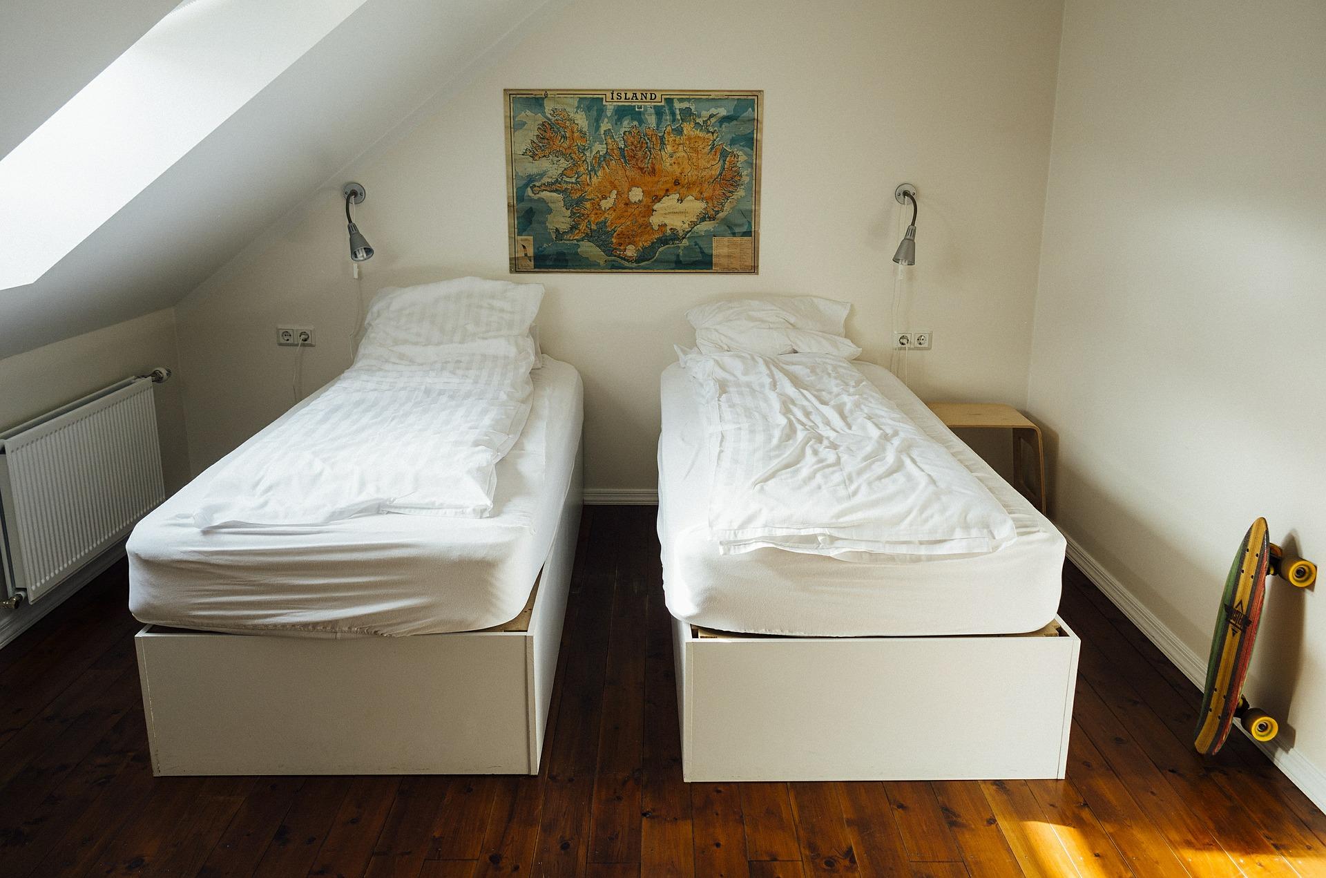 bedroom-413706_1920.jpg