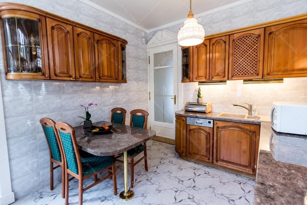 ebben a 2. kerületi óriási 480 nm-es házban van külön konyha