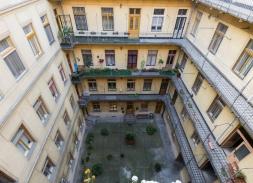 40 millió forintért (vagyis 487805 Ft/nm-ért) eladó a 9. kerületi Lónyay utcában ez az igényesen kialakított, az elmúlt években felújított, tehermentes 82 nm-es lakás. Kép forrása: http://www.budapestingatlan.info/property-details/75894