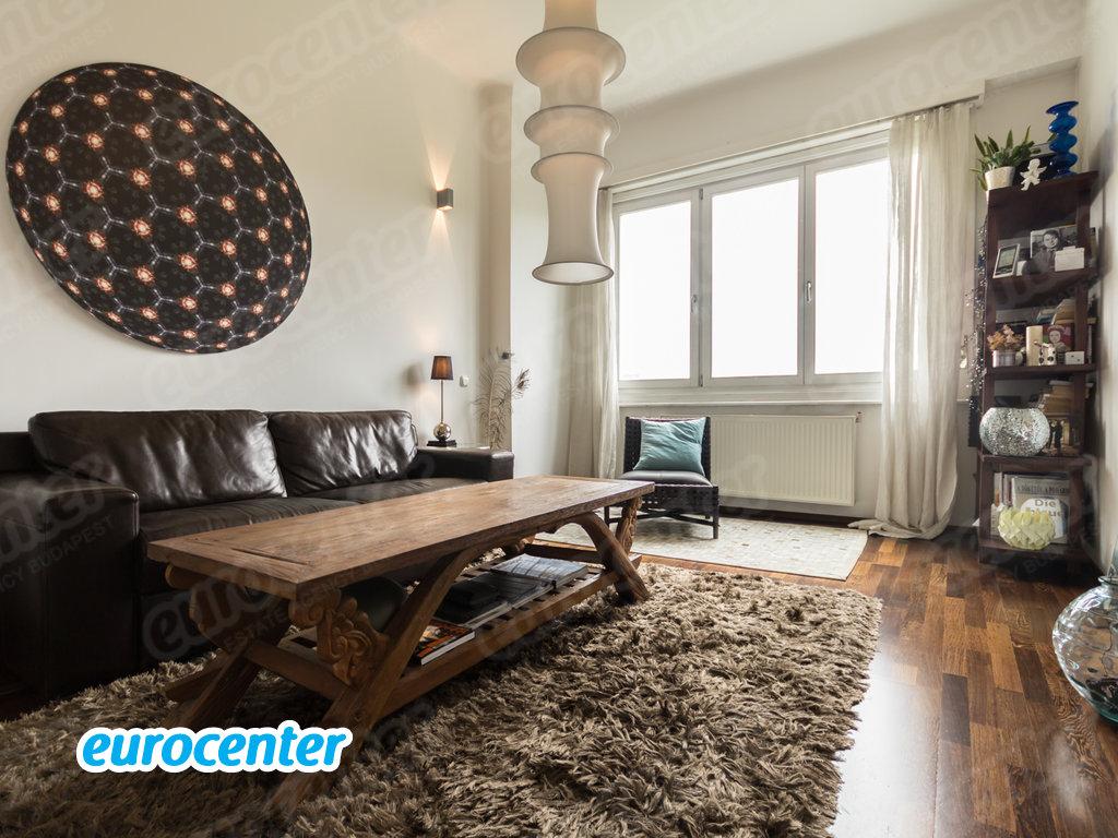 Az Eurocenter az első kerületi Attila utcában kínálja kiadásra ezt a 110 nm-es természetesség jegyében berendezett különleges lakást 1 400 euróért.