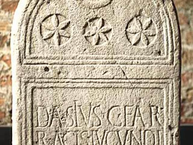 Égitestek egy római sírkövön