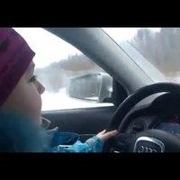 Hülye szülők rovat - Nyolcéves kislány vezet a jeges úton