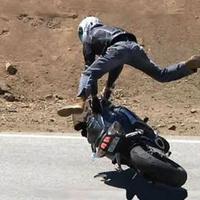 Így történik a motorbaleset