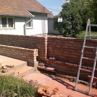 Kerítés bontott téglából