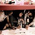 Az asztal alatt