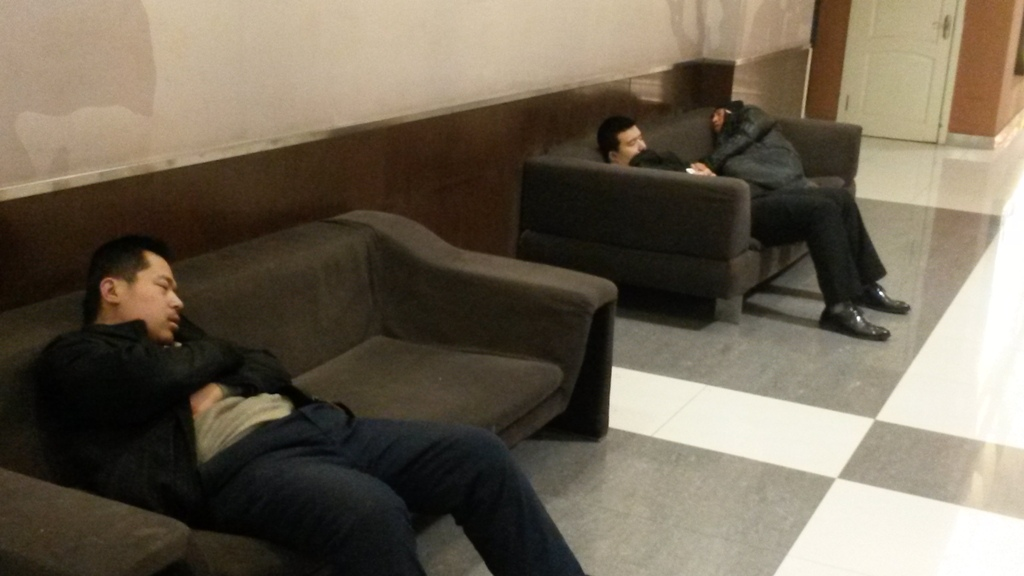 ezek mindenhol tudnak aludni.<br />itt a kozert folyosojan...