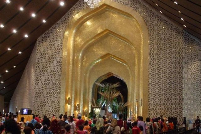 800px-Istana_Nurul_Iman.jpg