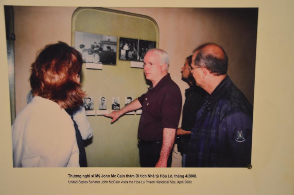 John McCain, 2000 aprilisaban meglatogatja a bortont, ahol egykor raboskodott.