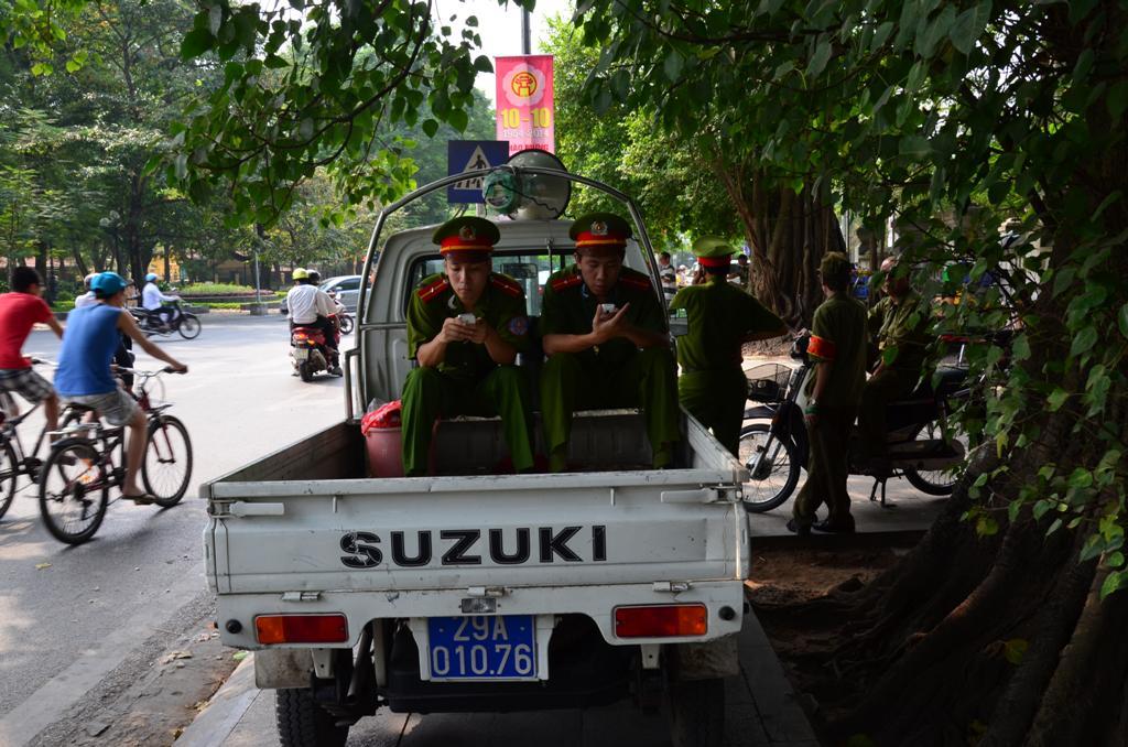 az unatkozo rendorok is a jardan parkolnak