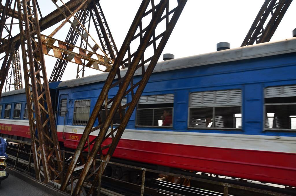egyszercsak elrobogott mellettunk egy vonat.<br />az ablakain suru racs volt.