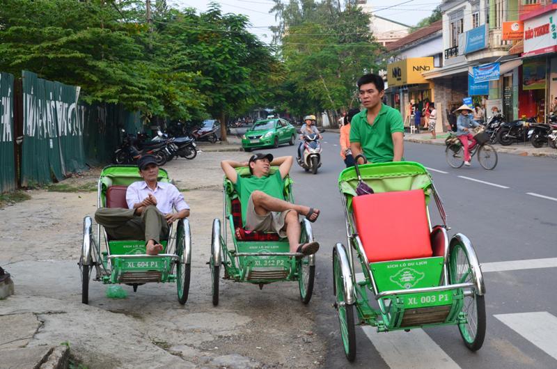 Cyclo. Ezzel viszik a turistakat korbe-kereken a varosba. Mar akit lehet. Nekunk van jo labunk:)