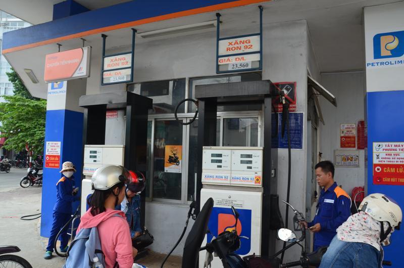 Benzinkutnal. 23.560 dong 1 liter benzin kicsivel tobb mint 1 dollar.