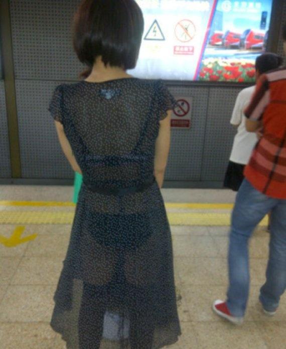 itt az ominozus kep ami a Metro tarsasag jovoltabol felkerult internetes oldalakra.<br />hat tenyleg atlatszo a ruha.