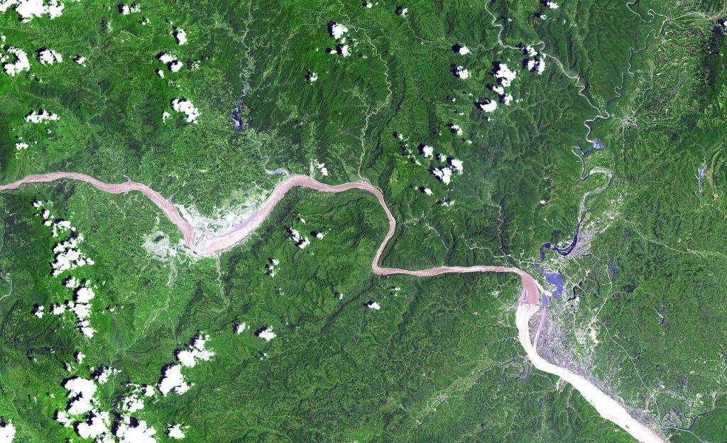 Balra a Három-szurdok gát és tározó, jobbra a Gezhouba erőmű műholdképe