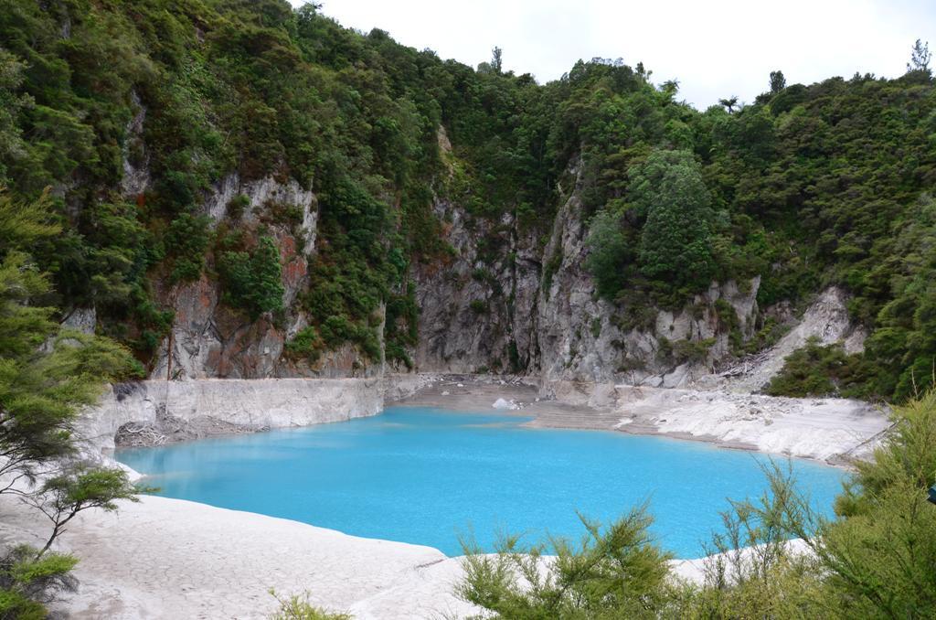 Inferno Crater- Pokoli kráter tava.<br />A halványkék, gőzölgő vizű tó mélysége maximális vízszint esetén 30 méter.<br /> A tó fenekén elvileg egy gejzír van, de nem látható. A krátertónak 38 napos ritmikus ciklusa van. Miután feltöltődött egy túlfolyó csatornán elfolyik a felesleges vize és 15 nap alatt még 8 métert esik a vízszintje, hogy aztán fokozatosan újratöltődjön. Túlfolyáskor hőmérséklete elérheti a 80 fokot is. A víz erősen savas vegyhatású.