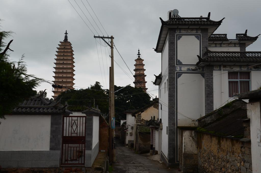 a hazak kozott imitt-amott elobukkannak a pagodak