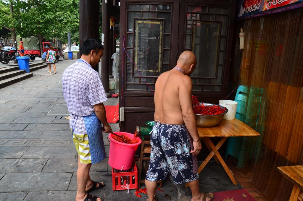 paprika daralas.<br />Tudni kell, hogy Chongqing konyhajara eros hatassal van a szomszedos tartomany, Sichuan izvilaga. <br />Ez fokent a csipos etelekben nyilvanul meg, olyan pirosak a sok paprikatol, hogy meg ranezni is rossz.