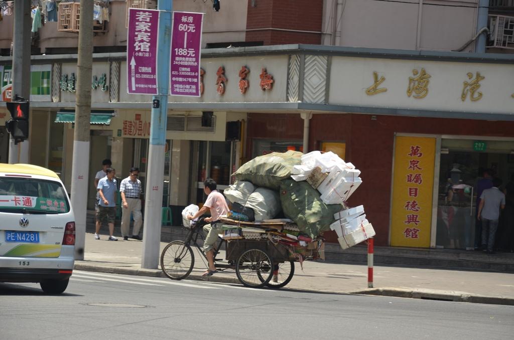 gyujti a hulladekot.<br />azt olvastam, hogy Shanghaiban 24 ora leforgasa alatt az ujrahasznosithato anyagok visszakerulnek az ezzel foglalkozo cegekhez/