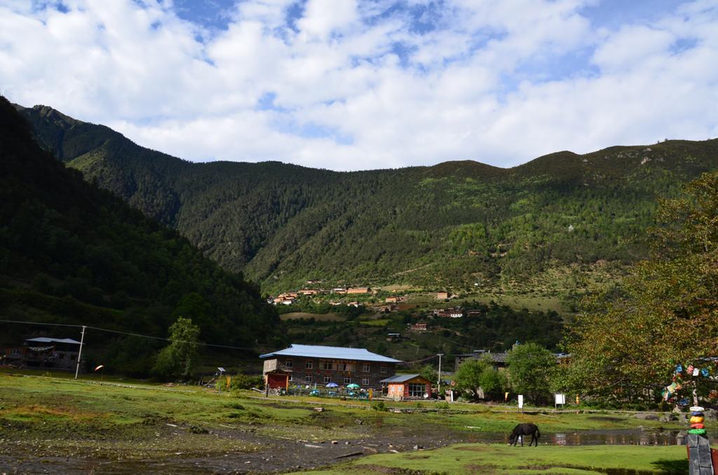 a domboldalon Felso Yubeng, ott lakunk
