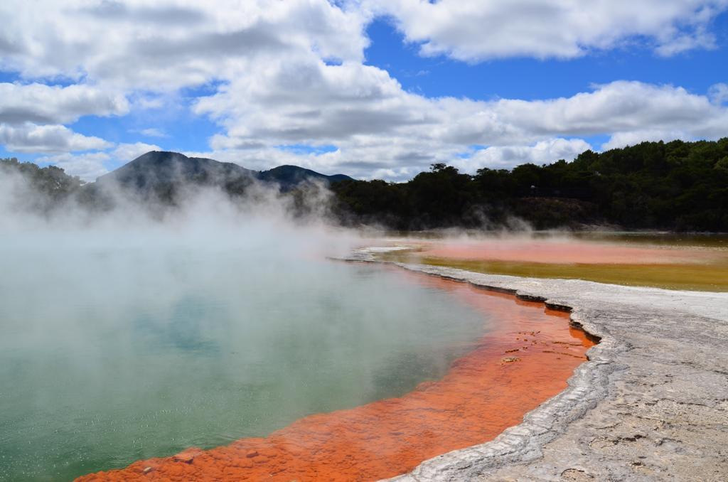 A 'Pezsgo medence' 65 méter átmérőjű és 62 méter mély. Felszínén a víz hőmérséklete 74 fok. A karbondioxidot tartalmaz, emiatt buborékol. A víz ásványi anyagokban (arany, ezüst, higany, kén, arzén, tallium, antimon) gazdag, ami lerakódik a tó peremén képződött teraszokra és erős narancssárgara szinezi.