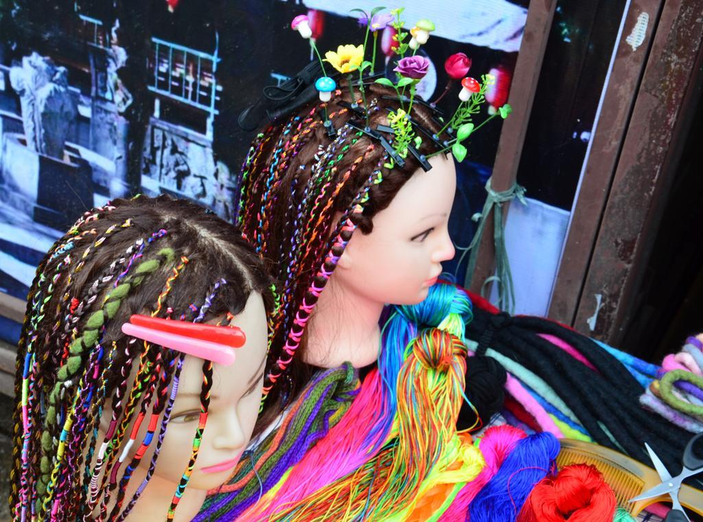 muviragok es szines fonatok a hajban