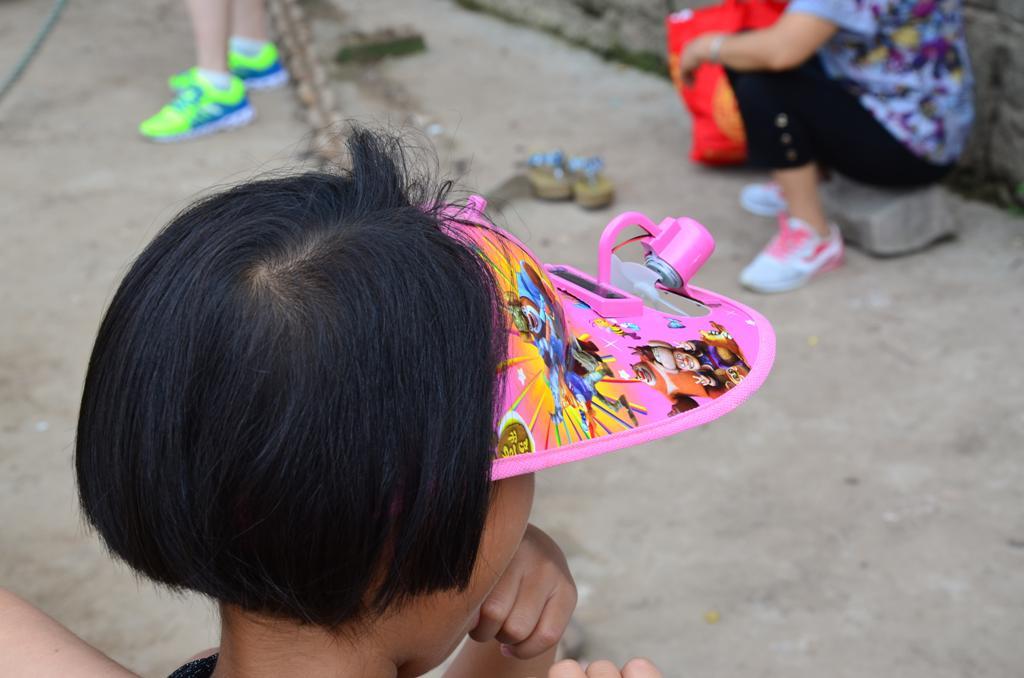 a sapkara szerelt kis ventillator huti a gyerek fejet