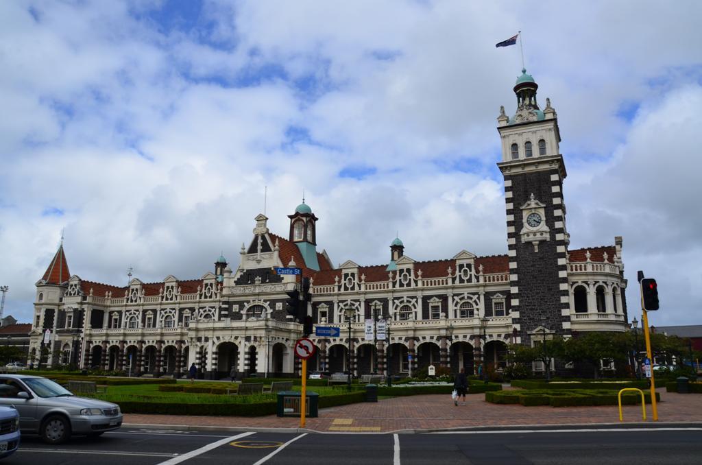 A város pályaudvara a viktoriánus építészet csúcspontját képviseli, ahonnan naponta többször nosztalgia vonatok indulnak.