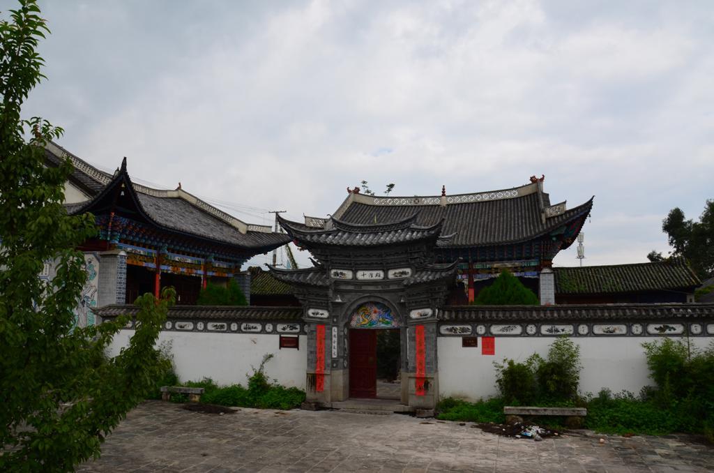 bal oldalon egy taoista templom