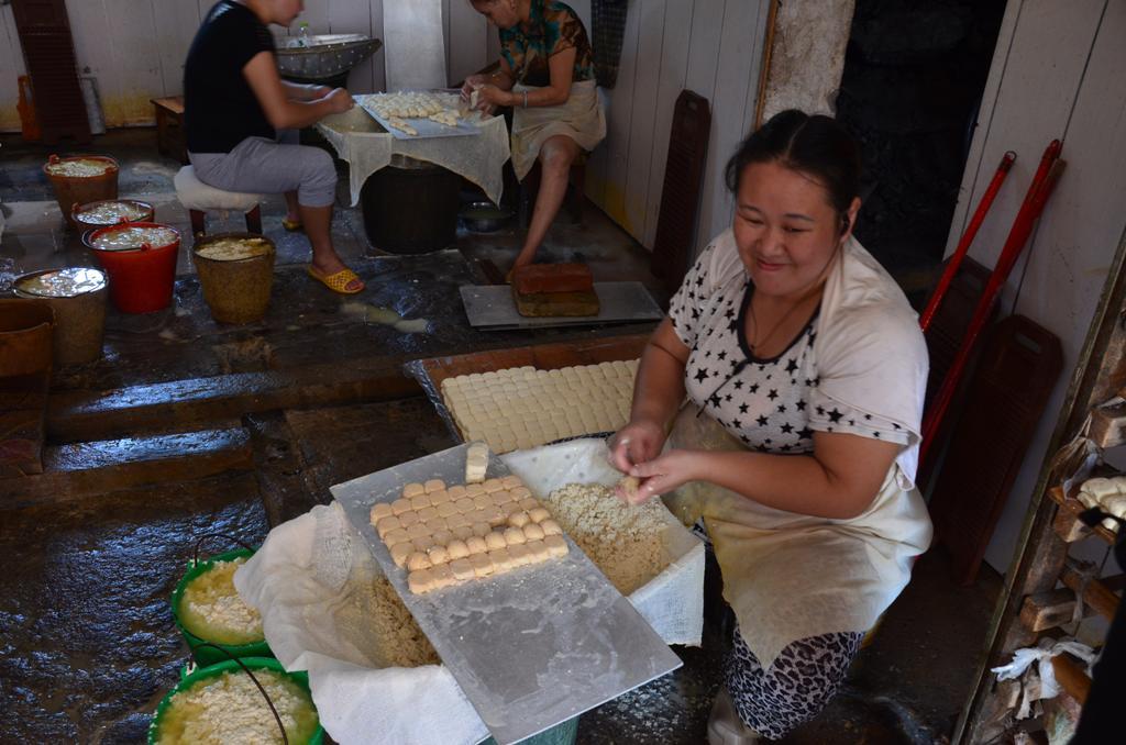 egy no naponta kb. 3000 db. ot csomagol at.<br />nyaron 2-3 nap alatt, telen 5-6 nap alatt erik budosre a szojababbol keszult tofu