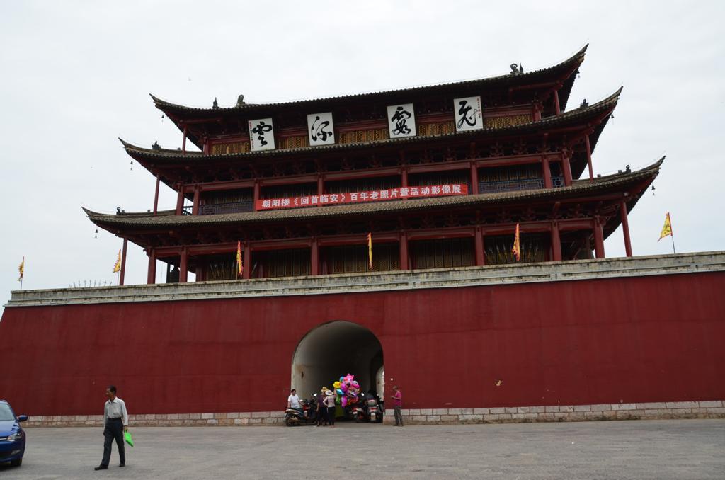 Chaoyang torony.<br /> 24,5 m magas, 12,31 m hosszu es 26,8 m szeles, 414 negyzetmeteren terul el.<br />Harom szintes, hagyomanyos epitesi stilusban keszult, nagy oszlopokkal, harom nyereg tetovel es fabol faragott ajtokkal