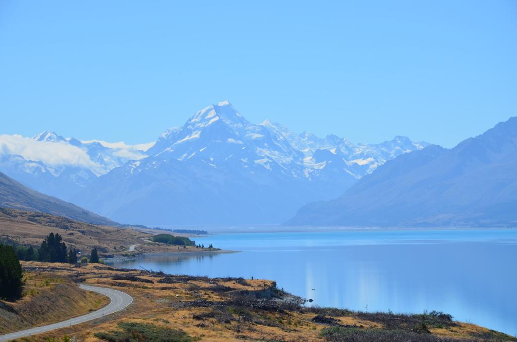 A völgy végében tör az ég felé a Mt. Cook, maori nyelven Aoraki, melynek jelentése szabad fordításban egyszerűen: Felhőlyukasztó, alatta pedig ott hömpölyög a Hooker-gleccser jégfolyama.