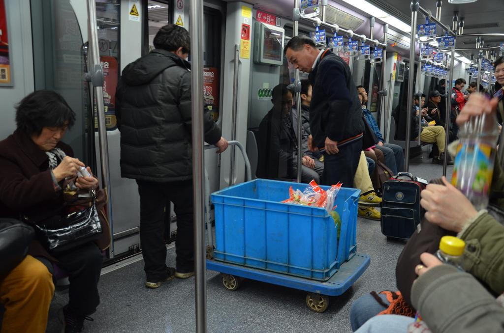 ezzel szallt fel a metrora. <br />csak tudnam hogy hozta be a kapun.