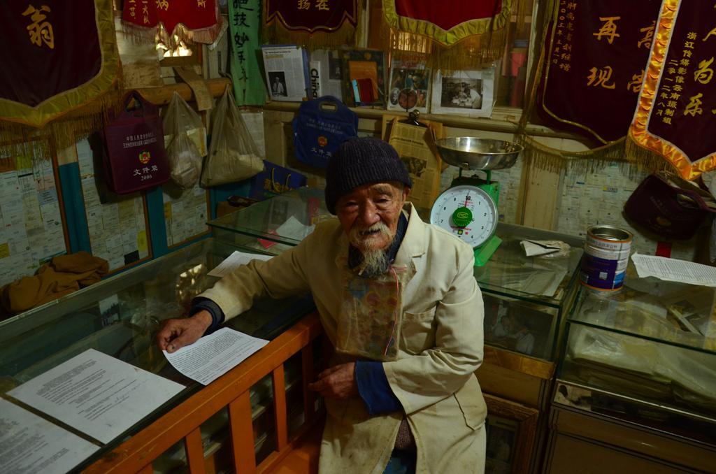 Dr. Ho Shi-Xiu
